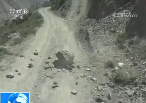 央视记者记录川藏线上汽车兵日常:睡在货箱上 遭遇巨石掉落