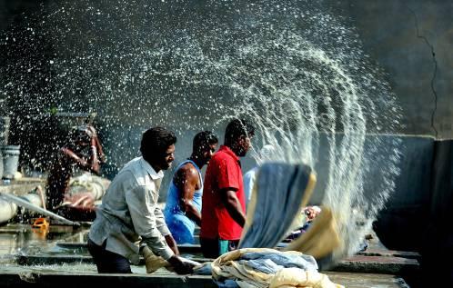 在印度博帕尔,男洗衣工们正在清洗衣服。新华社/欧新中文