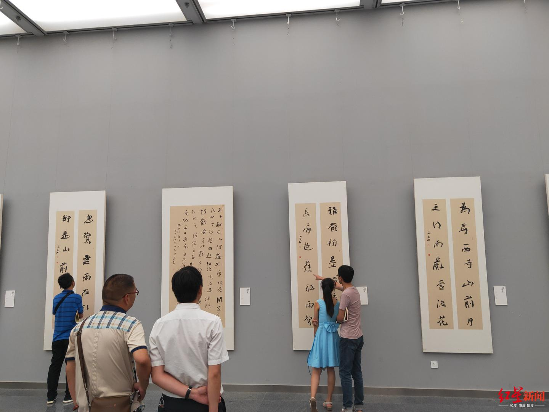 沈门蓬溪五人展今日在蓉开幕,何开鑫俨然书法人气王