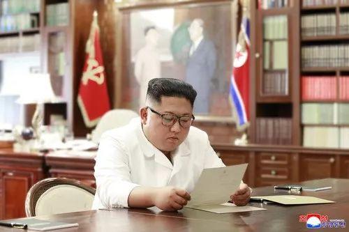 朝中社6月23日提供的照片显示,金正恩在阅读特朗普的亲笔信。新华社发