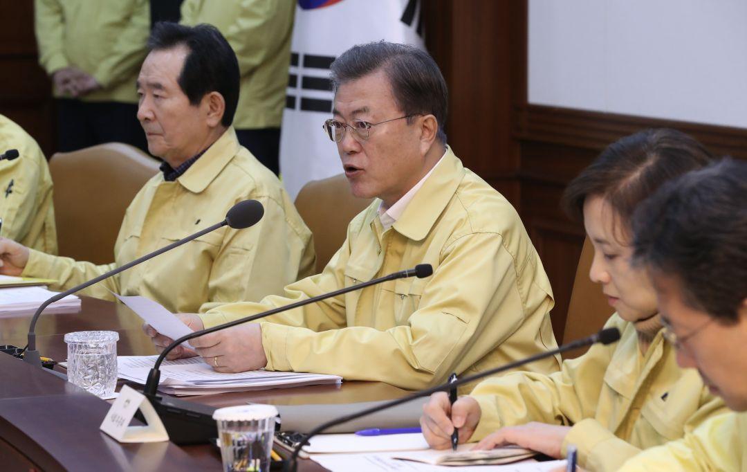 2月23日,在韩国首尔,韩国总统文在寅(中)在新冠肺炎对策集会会议上发言