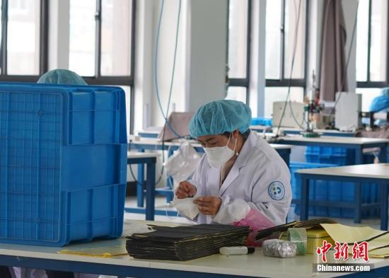 资料图:员工在缝制口罩。中新社记者 蔡自鑫 摄
