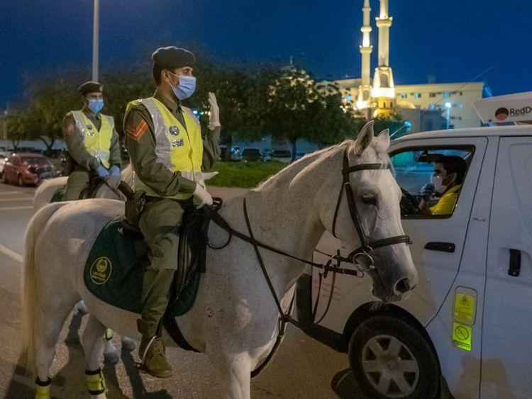 △迪拜骑警在街头查处违反防疫规定的人 来源:当地媒体