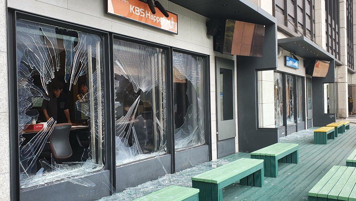 KBS直播间外玻璃被砸碎