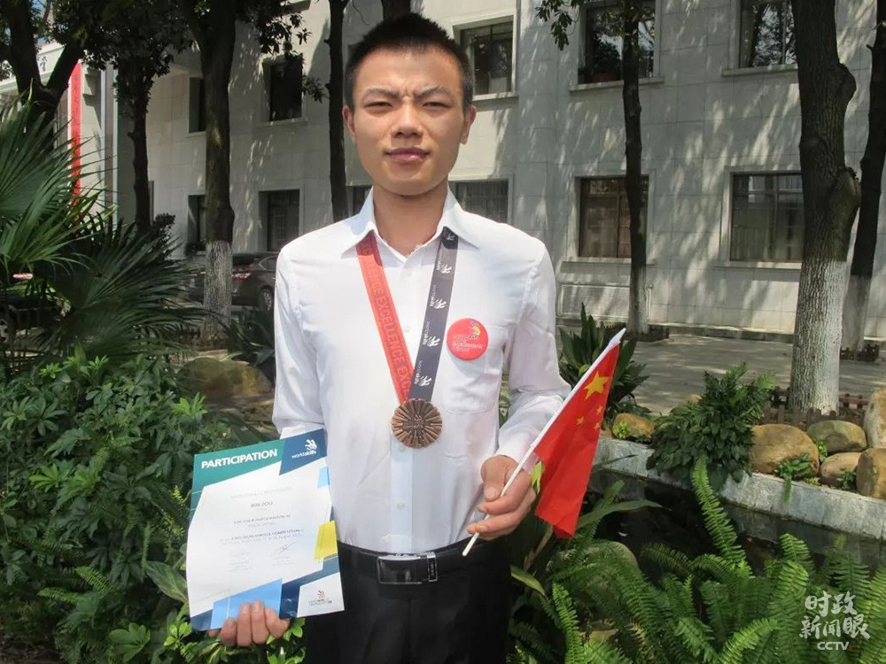 △邹彬在第43届天动手艺大赛砌筑项目得到优胜奖。