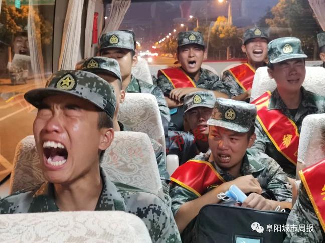 兵士泪别怙恃,在车内哽咽地唱起军歌(图片来历:阜阳都市周报)