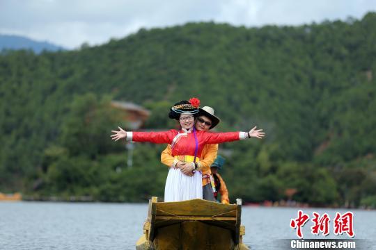 """三对情侣四川泸沽湖体验""""爱情之旅"""""""