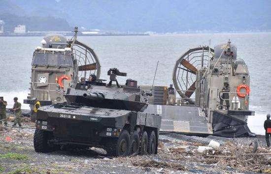 """资料图片:日本""""水陆机动团""""的16式轮式突击车利用LCAC气垫登陆艇抢滩登陆。(图片来源于网络)"""