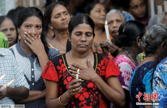 资料图:当地时间4月23日,在斯里兰卡科伦坡,当地民众向遇难者致敬。当日,斯里兰卡举行国家哀悼活动,悼念爆炸案遇难者。