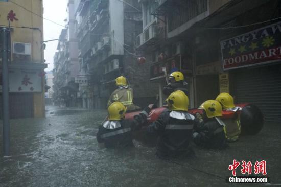 资料图:消防局出动橡皮艇,沿水浸街道搜索被困居民。 中新社发 钟欣 摄