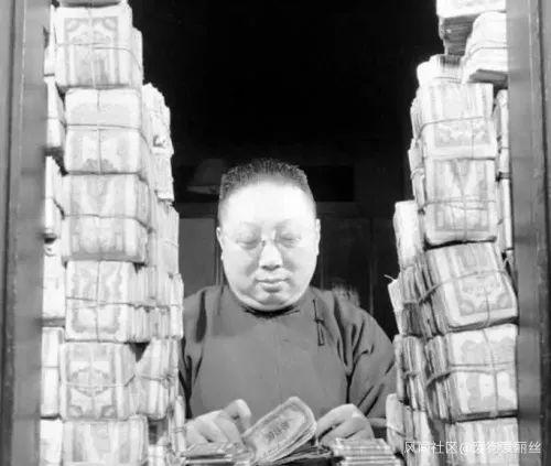 图为1948年上海,工作人员正在清点法币。