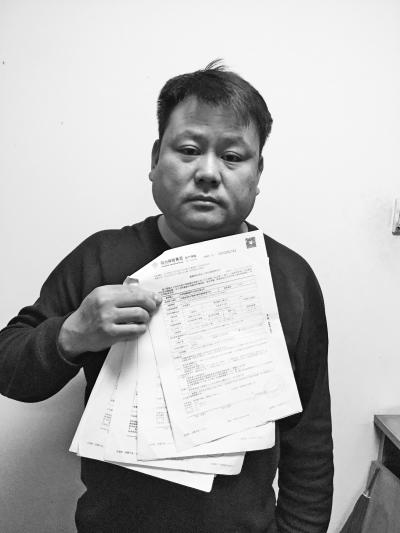 郑州某旅游汽车客运公司负责人李华鸟找出的13个假保单,都是经阳光财险公司员工秦天森之手。 大河报・大河客户端记者张波文图