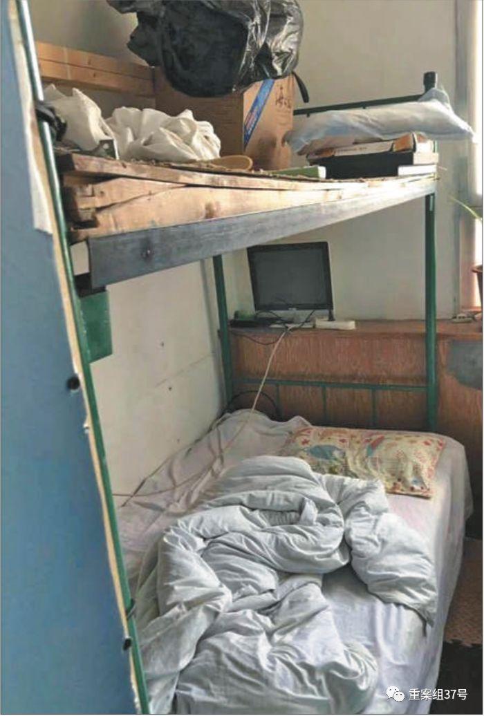 ▲星期五公寓藏身在一栋老旧待拆的居民楼里,卫生环境差。受访者供图