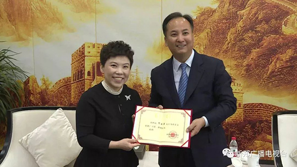 新郑市市委副书记、市长马志峰为邓亚萍颁发了聘任证书及奖杯 新郑广播电视台微信公众号 图