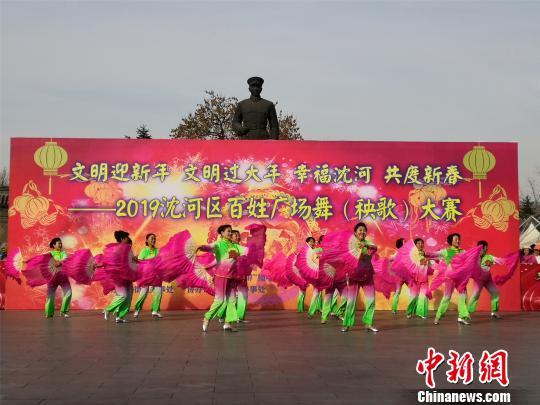 """沈阳大妈热衷广场舞 以多种形式展示""""舞功"""""""