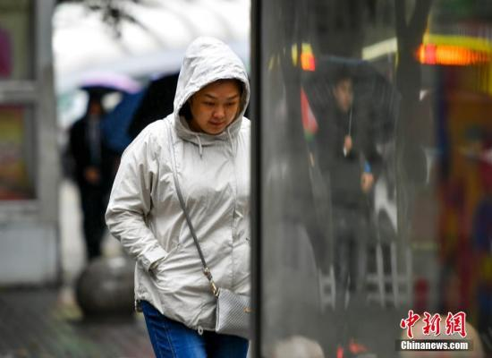 资料图:民众穿上厚衣外出。 中新社记者 刘新 摄
