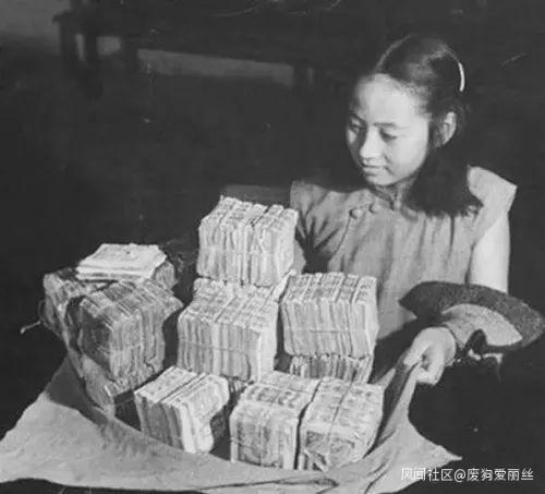 图为1948年,国统区一名小女孩用成堆的法币来买东西,此时法币已严重贬值。