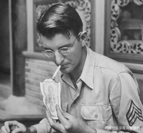 图为用法币点烟的美军士兵。