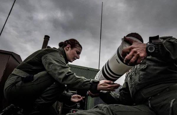 资料图:法国装甲部队的女兵。