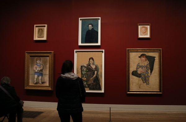 2018年3月24日,在英国伦敦泰特现代美术馆,观众参观毕加索画作。(新华社)