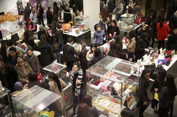 资料图:人们在英国伦敦塞尔福里奇百货公司内选购商品。