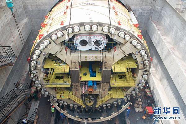 盾构机抵达雅加达后,工人们立即开始组装盾构机。