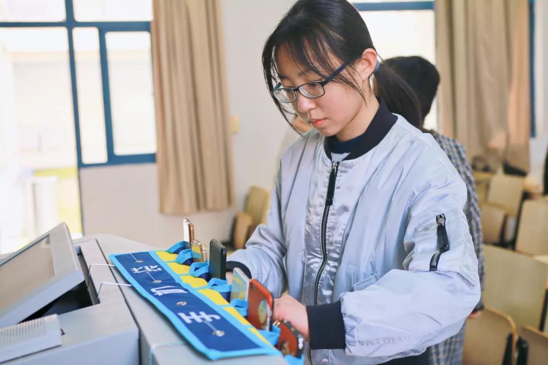"""上课玩手机?南广学生让手机讲台上""""排排挂"""""""