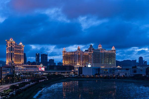 """2018年9月17日,澳门,台风""""山竹""""过境后的赌场和酒店区。本文图片 视觉中国"""