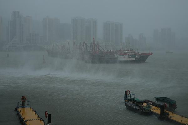 """2018年9月16日,澳门,超强台风""""山竹""""正面向珠江口吹袭,风雨中的渔船。"""