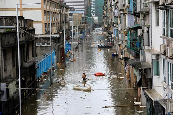 """去年,台风""""天鸽""""袭澳门。"""