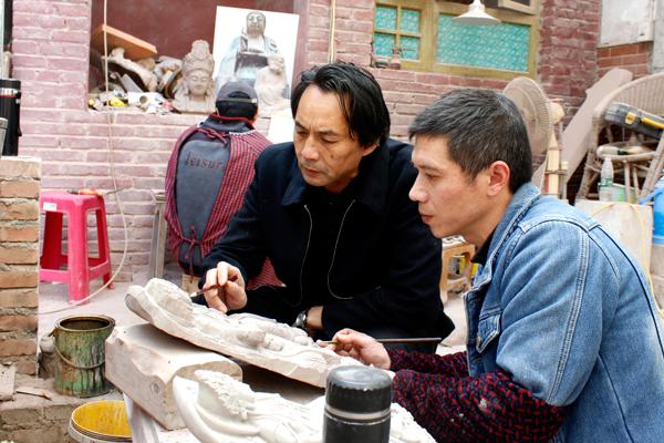 图为刘能风在指导弟子创作。