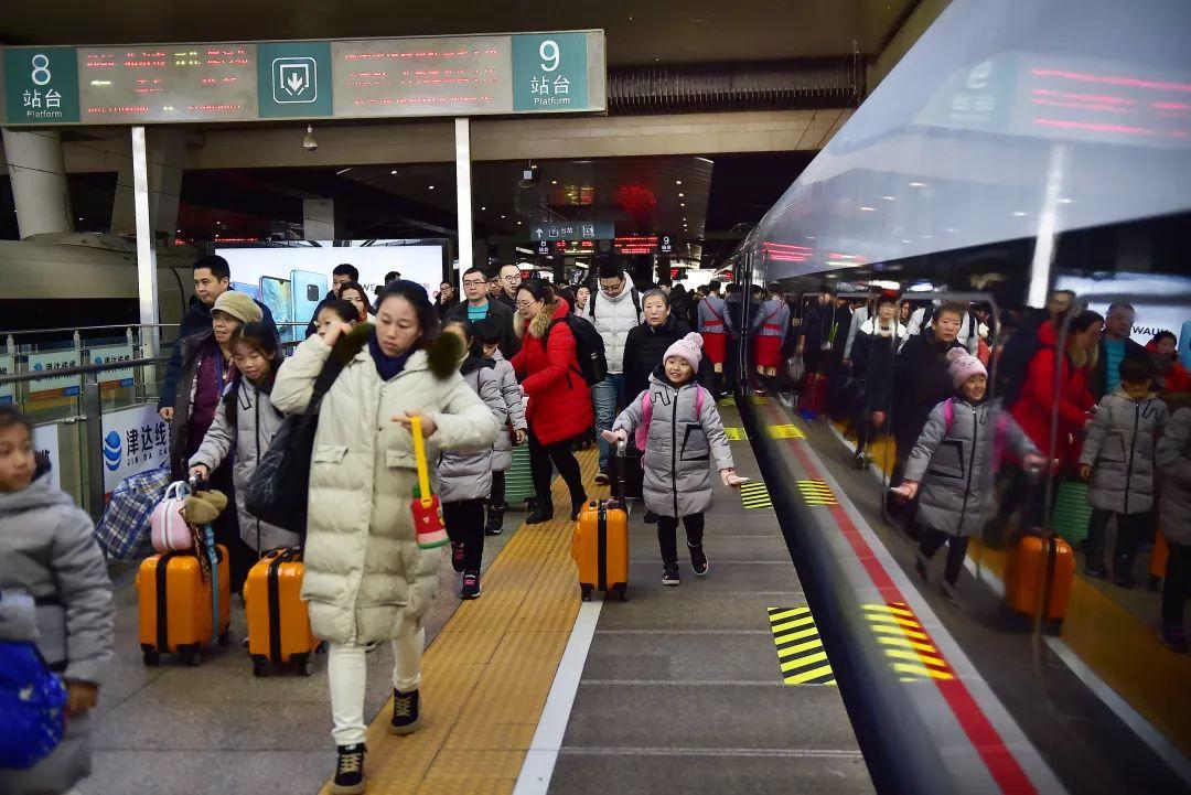 全国铁路迎来春运客流最高峰,为绝对安全部分列车降速运行