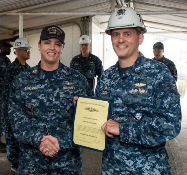 """资料图片:美海军""""密歇根""""号潜艇艇长为女兵萨阿韦德拉颁发上艇服役资格证书"""