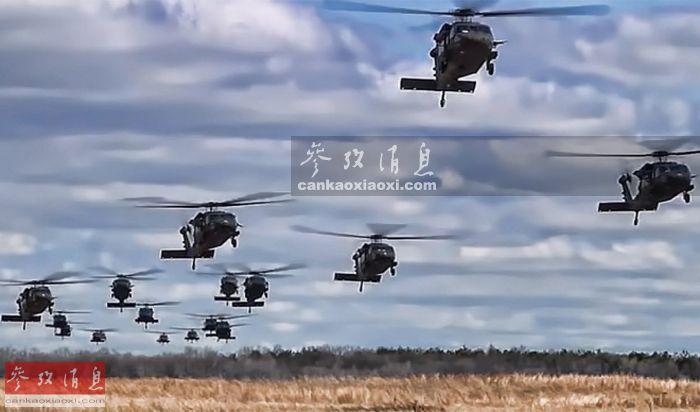 """资料图:美陆军""""黑鹰""""运输直升机集群编队飞行。"""
