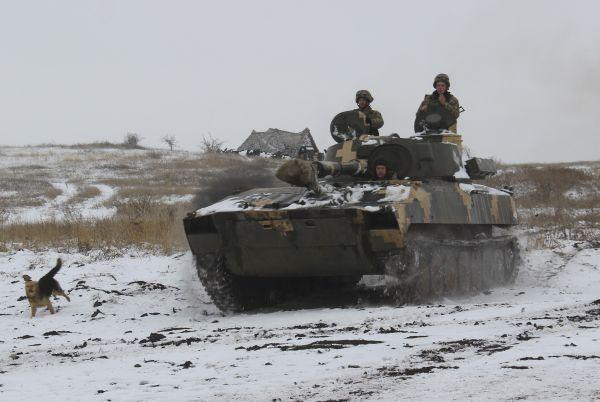 2018年11月26日,在乌克兰东部,一辆乌克兰军队步兵战车在行进中。(美联社)