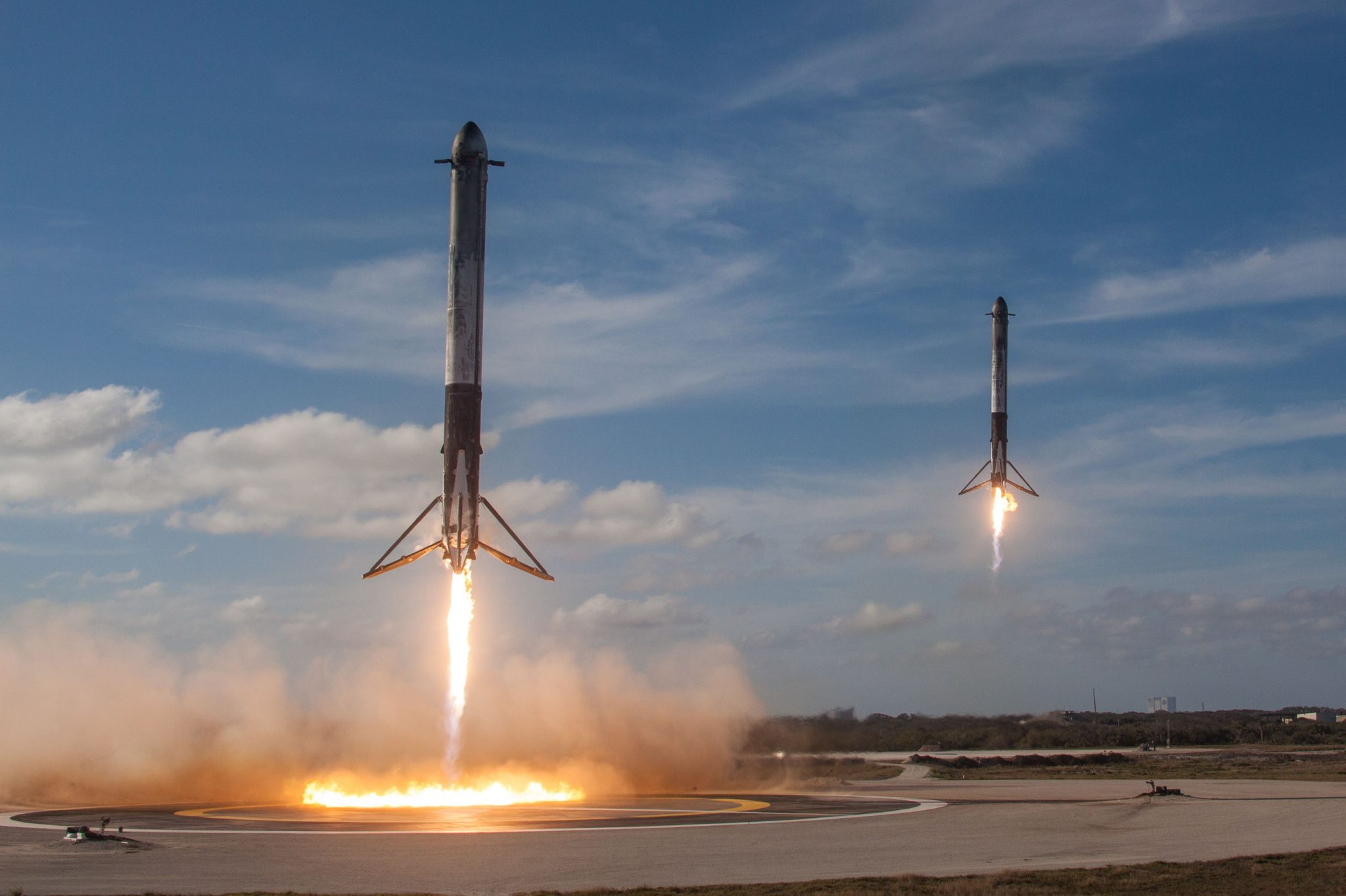 两枚一级助推器成功降落在着陆平台上(图源:SpaceX)