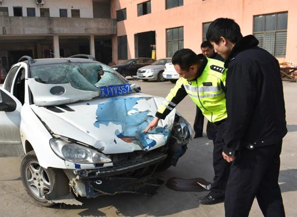 肇事司机弃车而逃,车是套牌,案子陷入僵局,直到警察在车里找到