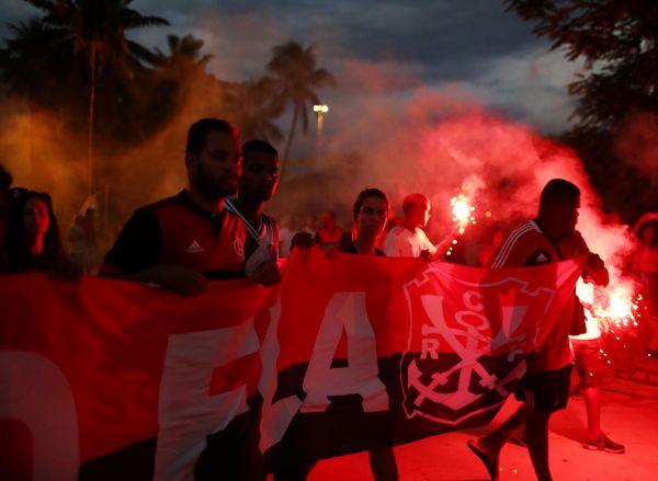 2019年2月9日,粉丝在马拉卡南体育馆外祭奠弗拉门戈足球俱乐部于火灾中的死难者。(路透社)