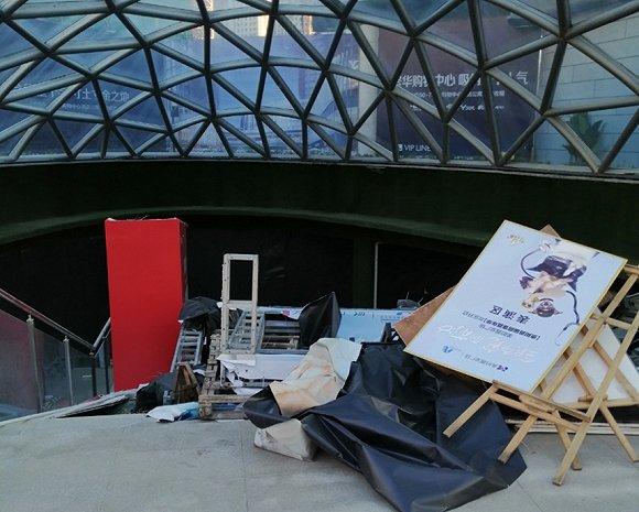 事故发生后,美的广场的宣传广告都被收了起来 赵孟摄