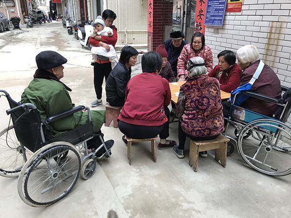老人们在街边打牌 澎湃新闻记者 沈文迪 图