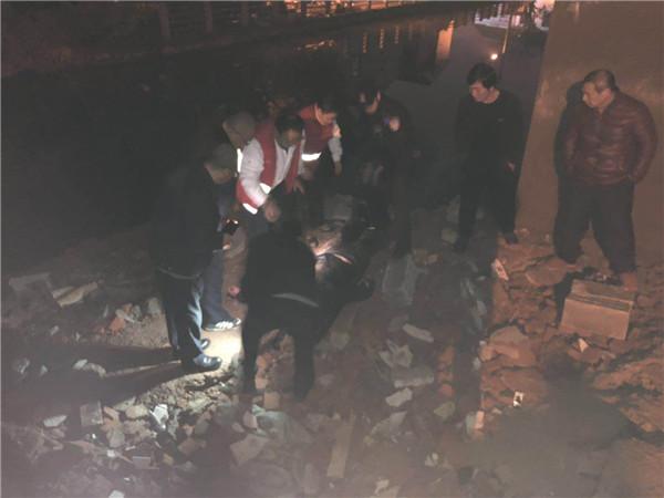 【暖新闻】醉汉抱儿子跳河,危急时刻城管小哥哥连救两命