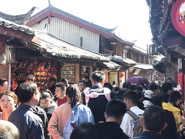 2月8日,摩肩接踵的丽江古城。