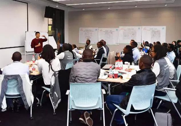 ▲资料图片:2017年,马云为来自非洲7国的创业者授课。(新华网)