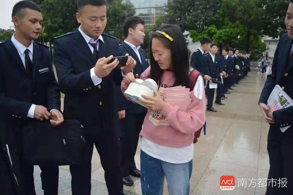 校园丨酸了!38位制服男生为唯一女生过节,围观者大呼转专业