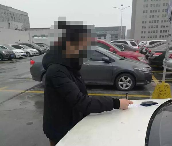 司机高架开车双脱手聊语音遭市民举报,被上海交警处罚