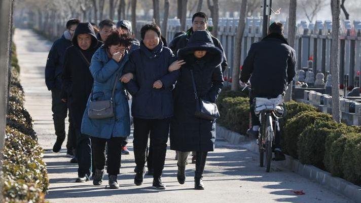 """2018年12月13日上午,张英(化名)父母与其他亲属一同前往滨海新区永定塔陵。按照当地习俗,当天是张英的""""五七""""。新京报记者 王飞/摄"""