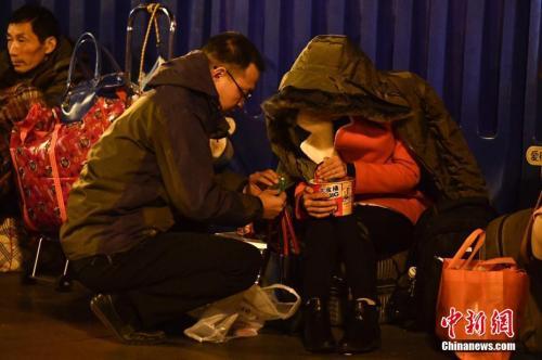 资料图:旅客候车时吃方便面。中新社记者 陈骥�F 摄