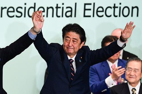 日本首相安倍晋三20日连续第三次当选自民党总裁(法新社)