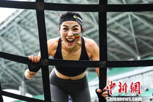 斯巴达勇士体育场赛亮相广州 花甲伉俪参赛挑战