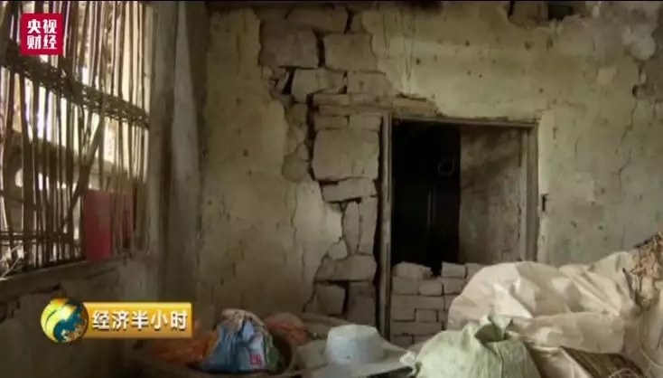 吉林现掺假扶贫房:危房外糊层砖 土墙裂到屋顶
